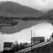 I dette naustet på Steinen i Førde starta Karl Opseth Førde Cementvarefabrikk i 1930.
